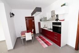 Кухня. Черногория, Велика плажа : Современный апартамент для 4 человек, с просторной гостиной и двумя спальнями, с 2-мя балконами