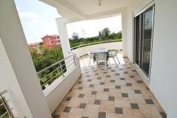 Балкон. Черногория, Велика плажа : Современный апартамент для 4 человек, с просторной гостиной и двумя спальнями, с 2-мя балконами