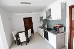 Кухня. Черногория, Велика плажа : Современный апартамент для 2-4 человек, с просторной гостиной и спальней, с 2-мя балконами