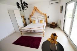 Спальня. Черногория, Велика плажа : Современный апартамент для 2-4 человек, с просторной гостиной и спальней, с 2-мя балконами