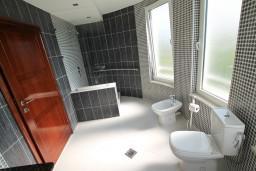 Ванная комната. Черногория, Велика плажа : Современный апартамент для 2-4 человек, с просторной гостиной и спальней, с 2-мя балконами