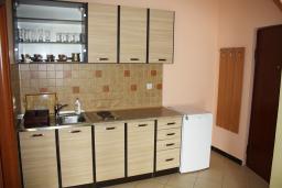 Кухня. Черногория, Игало : Апартамент с видом на море, прямо на пляже