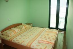 Спальня. Черногория, Игало : Апартамент с видом на море, прямо на пляже