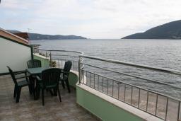 Вид на море. Черногория, Игало : Апартамент с видом на море, прямо на пляже