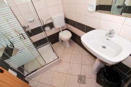 Ванная комната. Черногория, Велика плажа : Апартамент для 6 человек, с 2-мя отдельными спальнями