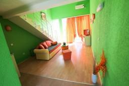 Гостиная. Черногория, Велика плажа : Двухуровневый апартамент с отдельной спальней