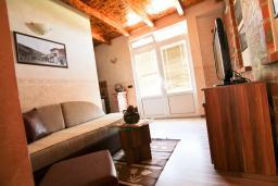 Гостиная. Черногория, Велика плажа : Апартамент в Велика плажа с отдельной спальней