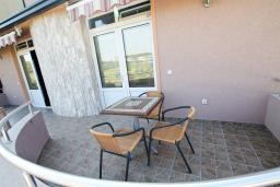 Терраса. Черногория, Велика плажа : Апартамент в Велика плажа с отдельной спальней
