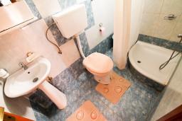Ванная комната. Черногория, Ульцинь : Студия с террасой с шикарным видом на море