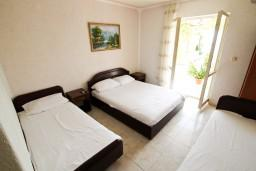 Спальня. Черногория, Ульцинь : Апартамент для 10 человек, с 3-мя отдельными спальнями, с 3-мя ванными комнатами, с большой террасой с видом на море