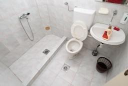 Ванная комната 2. Черногория, Ульцинь : Апартамент для 10 человек, с 3-мя отдельными спальнями, с 3-мя ванными комнатами, с большой террасой с видом на море