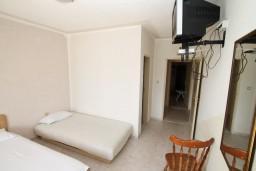 Спальня 3. Черногория, Ульцинь : Апартамент для 10 человек, с 3-мя отдельными спальнями, с 3-мя ванными комнатами, с большой террасой с видом на море