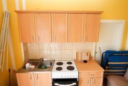 Кухня. Черногория, Ульцинь : Комната для 3 человек, с общей кухней, с балконом с видом на море