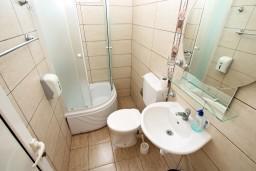 Ванная комната. Черногория, Ульцинь : Комната для 4 человек, с общей кухней, с балконом с шикарным видом на море