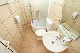 Ванная комната. Черногория, Ульцинь : Большая студия с балконом с шикарным видом на море