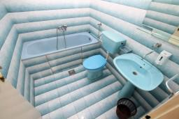 Ванная комната. Черногория, Ульцинь : Апартамент для 6 человек, с 2-мя отдельными спальняим, с балконом с видом на море