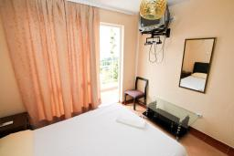 Спальня. Черногория, Ульцинь : Апартамент для 5-6 человек, с 2-мя отдельными спальняим, с балконом с видом на море