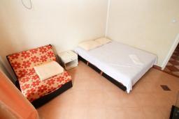 Спальня 2. Черногория, Ульцинь : Апартамент для 5-6 человек, с 2-мя отдельными спальняим, с балконом с видом на море