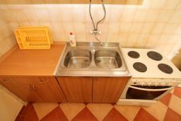 Кухня. Черногория, Ульцинь : Апартамент для 5-6 человек, с 2-мя отдельными спальняим, с балконом с видом на море