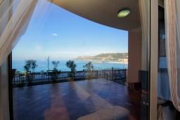 Черногория, Добра Вода : Апартамент для 2-4 человек, с отдельной спальней, с террасой с видом на море, возле пляжа