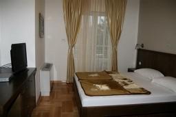 Спальня. Черногория, Будва : Апартамент с отдельной спальней и видом на море (№11 APP 02+1 SV)