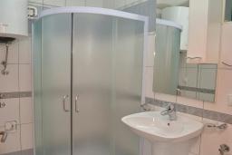 Ванная комната. Черногория, Игало : Апартамент на 4 персоны с видом на море, прямо на пляже