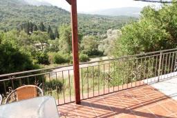 Вид. Черногория, Тиват : Каменный дом с бассейном, с большой террасой, с местом для барбекю, в тихом и спокойном районе
