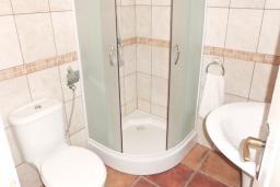 Ванная комната. Черногория, Тиват : Каменный дом с бассейном, с большой террасой, с местом для барбекю, в тихом и спокойном районе