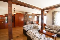 Гостиная. Черногория, Риека Режевичи : Современная вилла 300м2 с 4-мя отдельными спальнями, с 2-мя гостиными, с 4-мя ванными комнатами, сауна, джакузи, бассейн, барбекю, два парковочных места