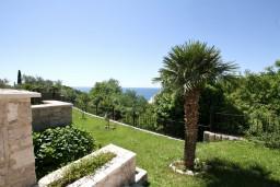Территория. Черногория, Риека Режевичи : Современная вилла 300м2 с 4-мя отдельными спальнями, с 2-мя гостиными, с 4-мя ванными комнатами, сауна, джакузи, бассейн, барбекю, два парковочных места