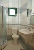 Ванная комната. Черногория, Игало : Студия с видом на море, прямо на пляже