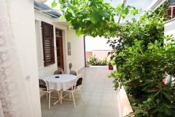 Терраса. Черногория, Игало : Первый этаж дома с 2-мя отдельными спальнями, с уютной террасой в тени виноградника, Wi-Fi, стиральная машина, место для барбекю.