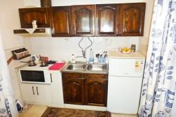 Кухня. Черногория, Игало : Первый этаж дома с 2-мя отдельными спальнями, с уютной террасой в тени виноградника, Wi-Fi, стиральная машина, место для барбекю.