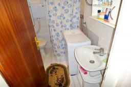 Ванная комната. Черногория, Игало : Первый этаж дома с 2-мя отдельными спальнями, с уютной террасой в тени виноградника, Wi-Fi, стиральная машина, место для барбекю.