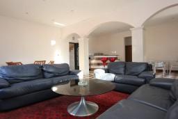 Гостиная. Черногория, Рисан : 3-х этажная роскошная , площадью 400м2 с 5-ю отдельными спальнями, с 6-ю ванными комнатами, с каминным залом, с библиотекой, с каменным грилем, с зеленой террасой, прямо на берегу залива