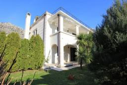 Front of the house. Montenegro, Risan : Villa with 5 bedrooms in Risan for 10 guests