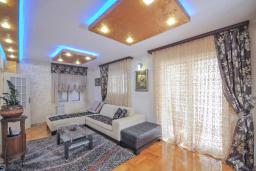 Гостиная. Черногория, Бечичи : Уютная семейная вилла 160м2 с бассейном, 3 спальни с индивидуальными ванными, гостиная и кухня, патио для отдыха с прекрасным видом на море, 400м до самого прекрасного длинного пляжа Бечичи.