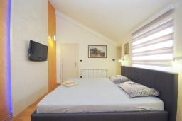 Спальня. Черногория, Бечичи : Уютная семейная вилла 160м2 с бассейном, 3 спальни с индивидуальными ванными, гостиная и кухня, патио для отдыха с прекрасным видом на море, 400м до самого прекрасного длинного пляжа Бечичи.