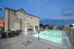 Бассейн. Черногория, Бечичи : Уютная семейная вилла 160м2 с бассейном, 3 спальни с индивидуальными ванными, гостиная и кухня, патио для отдыха с прекрасным видом на море, 400м до самого прекрасного длинного пляжа Бечичи.