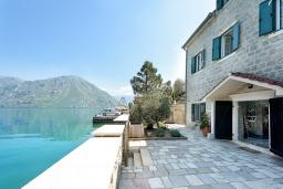 Фасад дома. Черногория, Костаньица : 3-х этажный качественно оборудованный дом в средиземноморском стиле с 5-ю отдельными спальнями, с 4-мя ванными комнатами, с большой террасой, с видом на широкую часть залива на первой линии моря со своим пляжем