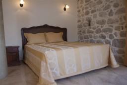 Спальня. Черногория, Пераст : Роскошный 3-х этажный дом с 4-мя спальнями с ванными комнатами, высококачественная мебель ручной работы, панорамный вид на залив