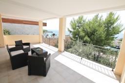 Терраса. Черногория, Увала Весло : 3-х этажная вилла с 5-ю отдельными спальнями, с бассейном, с зеленым двориком, с большой террасой с шикарным видом на море, с барбекю
