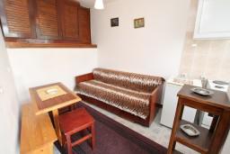 Гостиная. Черногория, Герцег-Нови : Апартамент для 2-4 человек, с отдельной спальней