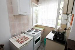 Кухня. Черногория, Герцег-Нови : Апартамент для 2-4 человек, с отдельной спальней