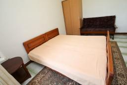 Спальня. Черногория, Герцег-Нови : Апартамент для 2-4 человек, с отдельной спальней