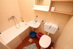 Ванная комната. Черногория, Герцег-Нови : Апартамент для 2-4 человек, с отдельной спальней