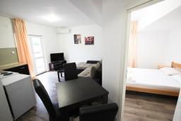 Обеденная зона. Черногория, Шушань : Уютный апартамент с отдельной спальней
