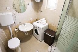 Ванная комната. Черногория, Шушань : Уютный апартамент с отдельной спальней
