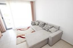 Гостиная. Черногория, Петровац : Современный апартамент для 4-6 человек, 2 спальни, с балконом с видом на море
