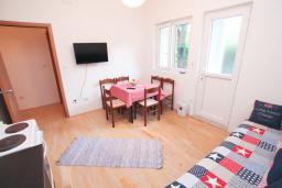Гостиная. Черногория, Герцег-Нови : Апартамент для 4-6 человек, с 2-мя отдельными спальнями